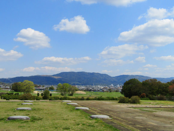 平城宮跡から若草山